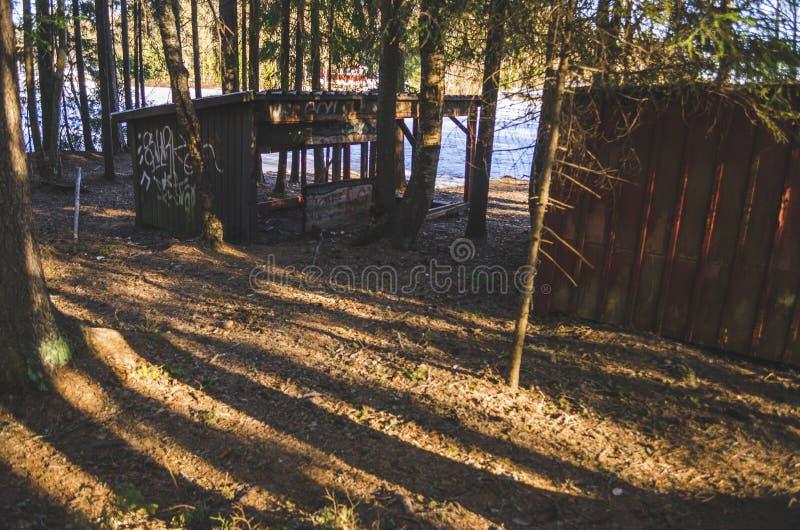 Alt frequentierte desserted schädigende Hütte in einer Dschungellandschaft, die mit weißer Tinte in der Natur während des Winters lizenzfreies stockfoto