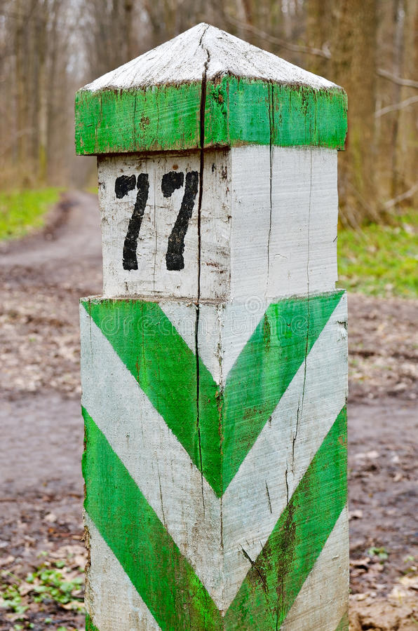 Alt, hölzern, Abgrenzung, Grenzzeichen, stellen Sie im Wald ein lizenzfreie stockfotos