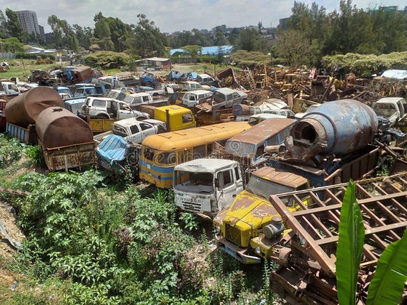Alt und beschädigte Fahrzeuge und machineries an einem Schrottplatz stockbild