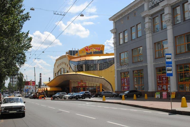 Alt und das neue Kaufhaus im historischen Teil von Donetsk stockfoto