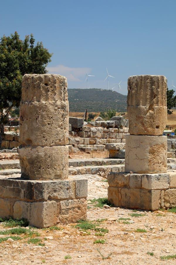 Alt und neu am archäologischen Museum in Paphos auf Zypern lizenzfreie stockfotografie
