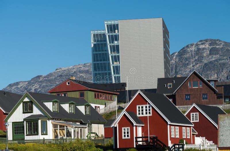 Alt und neu in Nuuk, die reizend Hauptstadt von Grönland lizenzfreies stockbild