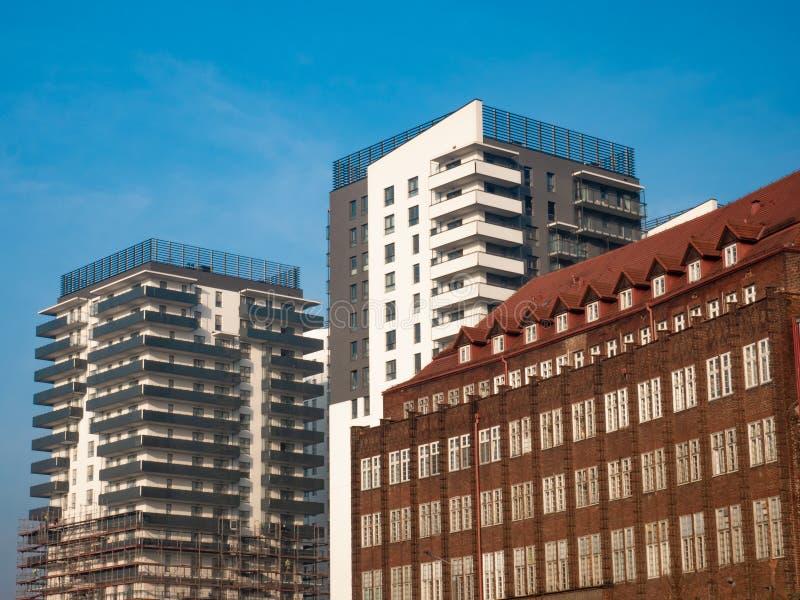 Alt und Neubauten neben einander lizenzfreies stockbild