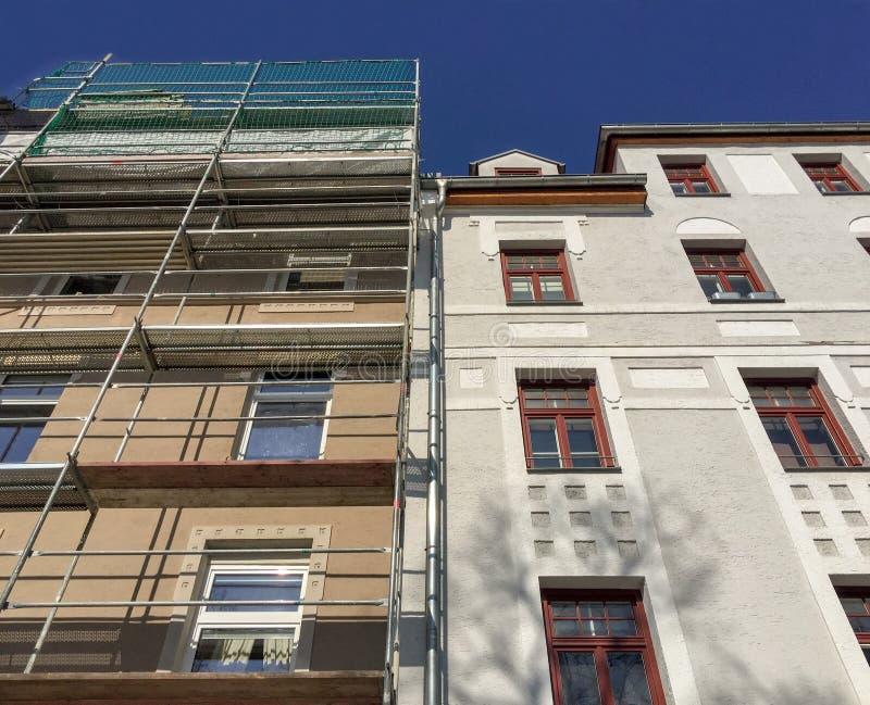 Alt zu neuem, Wilhelminian-Artaltes Wohngebäude, Fassaden vor und nach Erneuerung stockbild