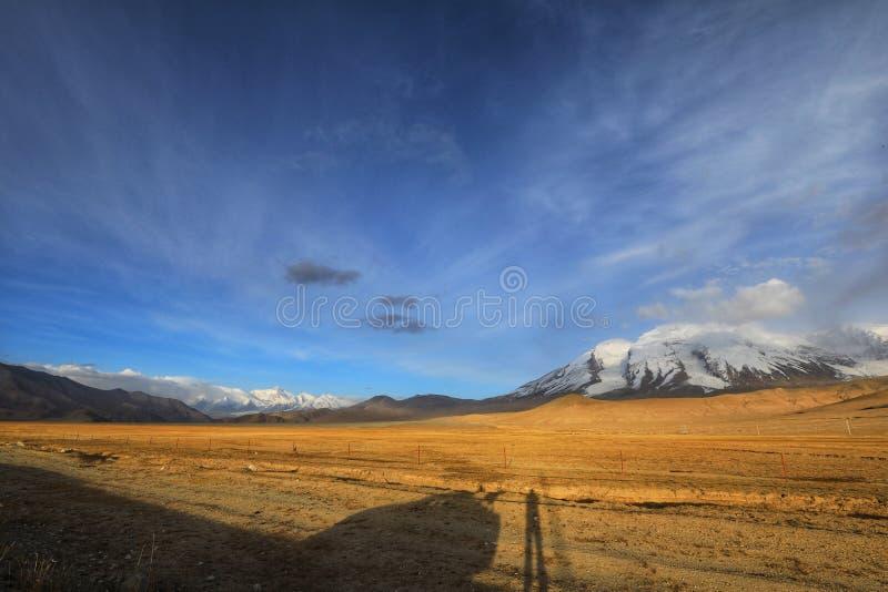 Alta área de tierra con el coche y la persona solos foto de archivo libre de regalías