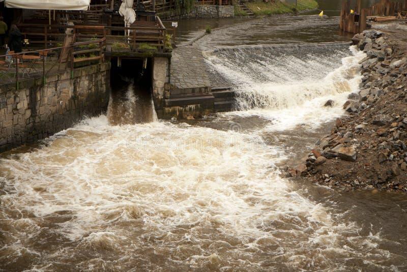 Alta acqua sulla chiusa del fiume immagini stock