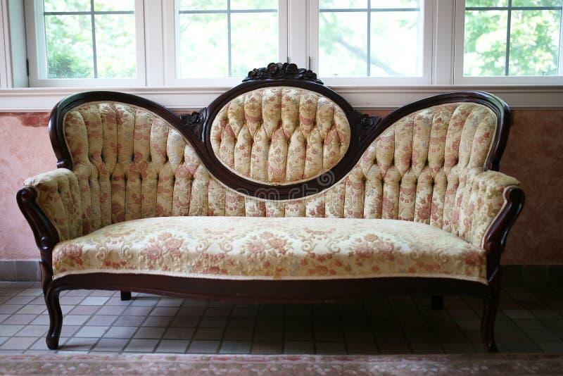 Alta Cameo Back Floral Sofa vittoriana d'annata con Mahoga scolpito fotografia stock