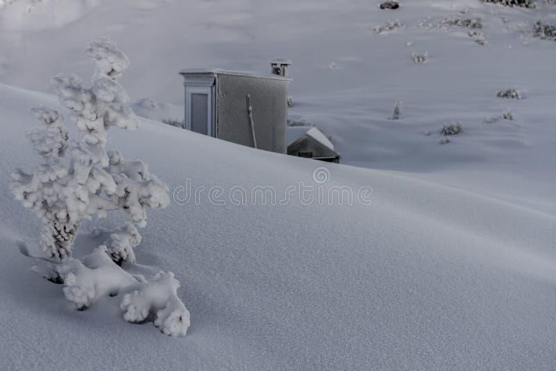 Alta choza del país en nieve profunda fotografía de archivo libre de regalías