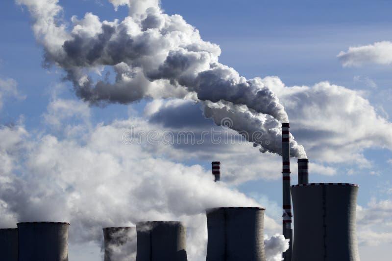 Contaminación de la central eléctrica de energía del carbón imagen de archivo