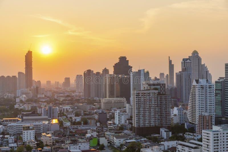 Alta costruzione moderna nel centro urbano di affari di Bangkok a sunse immagini stock