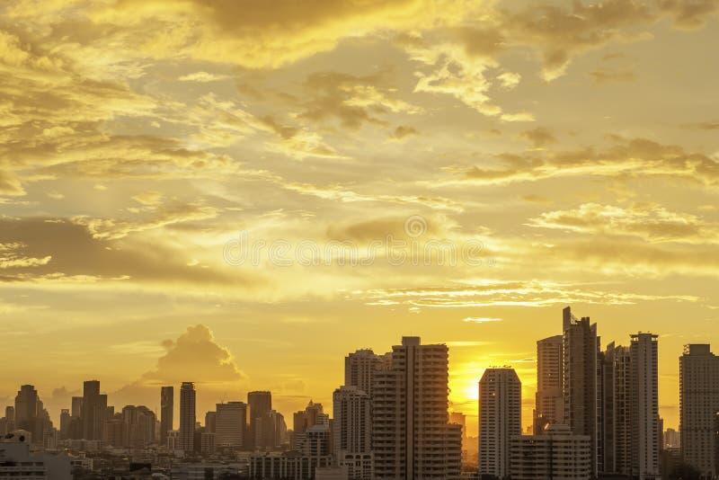 Alta costruzione moderna nella città di Bangkok, Tailandia Paesaggio urbano al sole fotografia stock libera da diritti