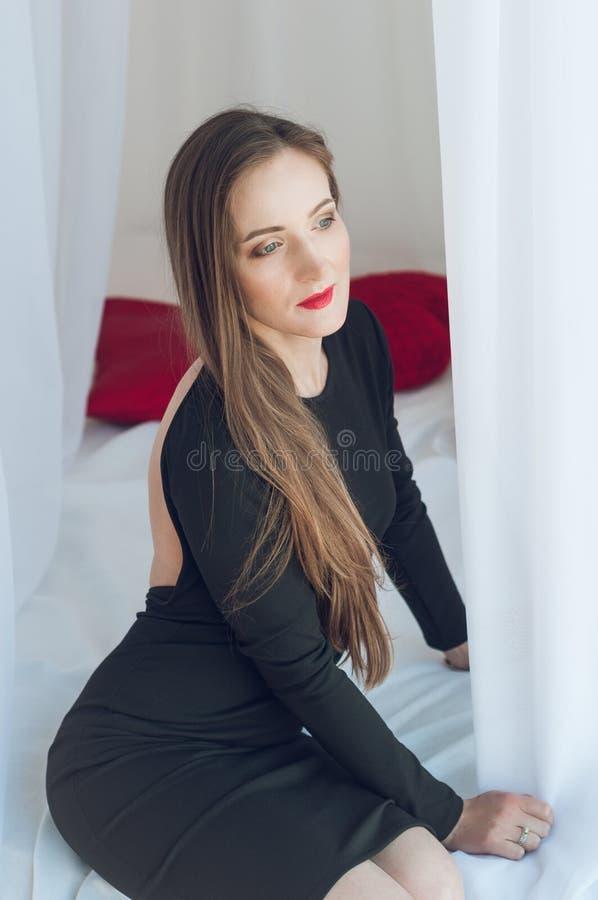 Alta foto chiave di bella e giovane donna affascinante immagini stock libere da diritti