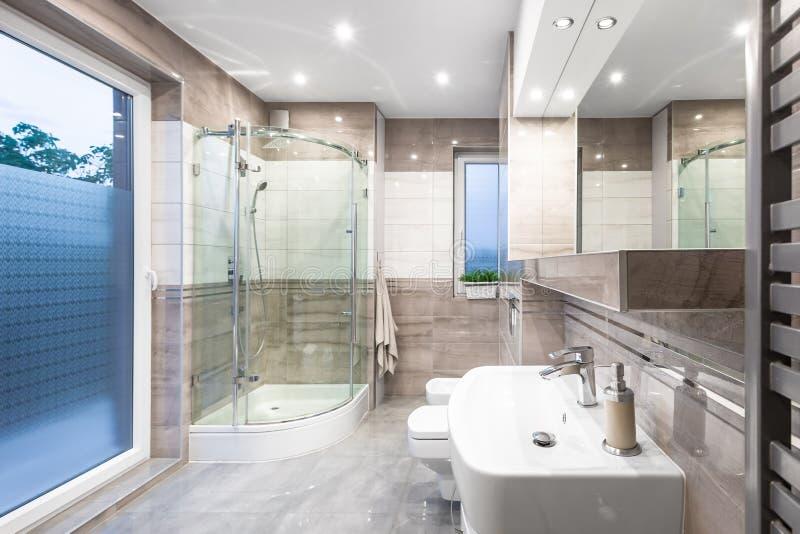 Alta idea espaciosa del cuarto de baño del lustre fotos de archivo libres de regalías