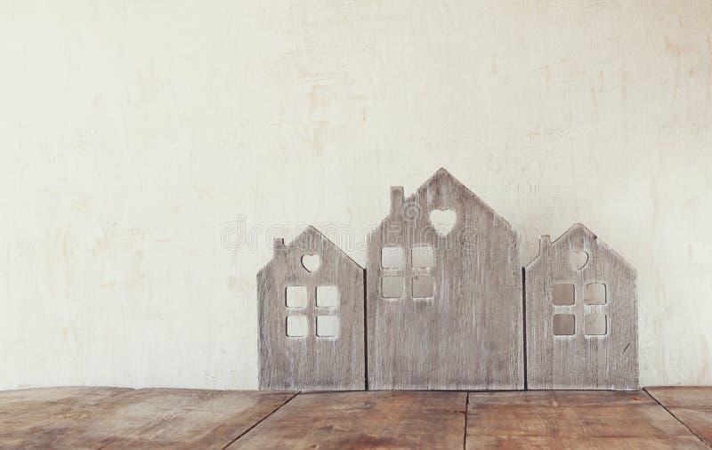 Alta imagen dominante de la decoración de madera de la casa del vintage en la tabla de madera retro filtrado con la capa del bril foto de archivo