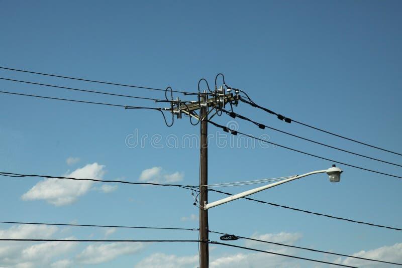 Alta línea del polo de la electricidad en cielo azul imagen de archivo