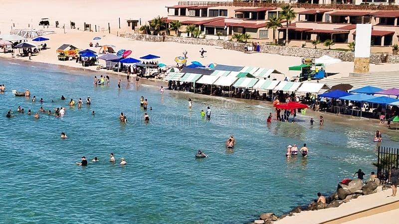 Alta marea e venditori su Sandy Beach, Rocky Point, Messico fotografia stock libera da diritti