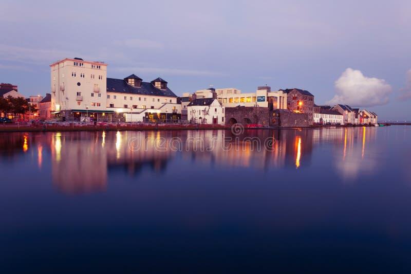 Alta marea sul fiume in Galway fotografia stock libera da diritti