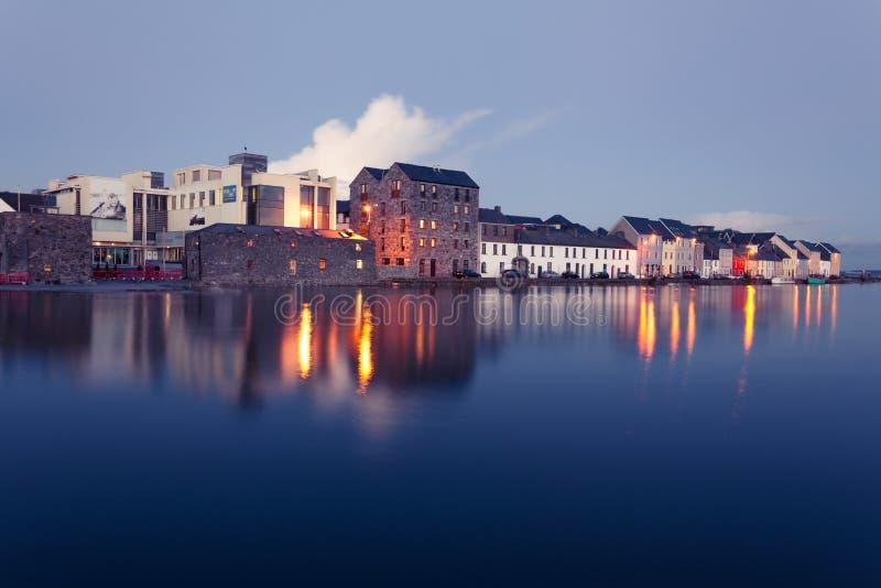 Alta marea sul fiume in Galway fotografie stock