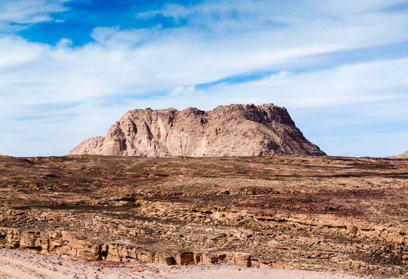 Alta montaña en el desierto contra el cielo azul y las nubes blancas en Egipto Dahab Sinaí del sur imagen de archivo libre de regalías