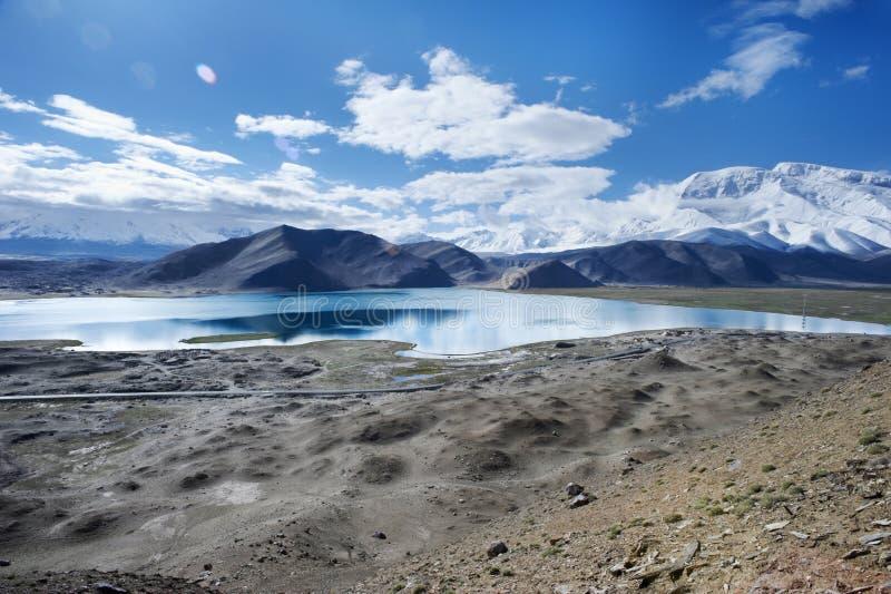 Alta montagna in neve ed in deserto fotografia stock libera da diritti