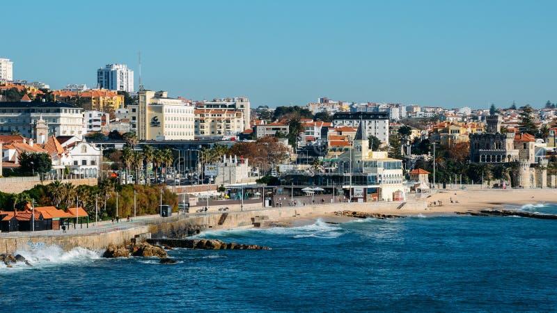 Alta opinión de perspectiva de la costa costa de Estoril cerca de Lisboa en Portugal imagen de archivo