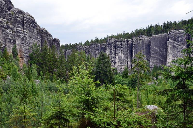 Alta pared alta de las rocas en fotografía del ejemplo del parque nacional imagen de archivo