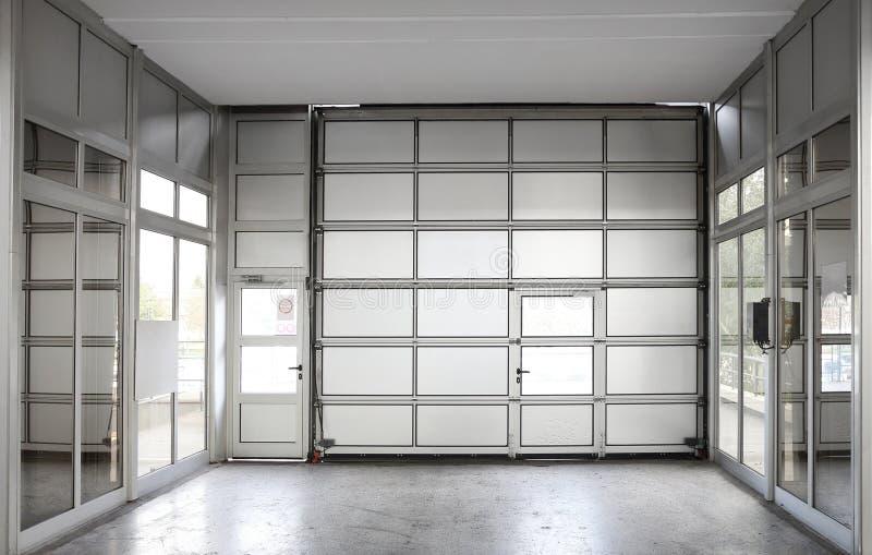 Alta porta del garage fotografia stock libera da diritti