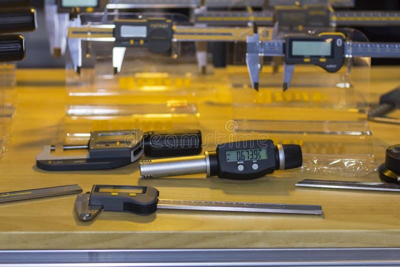 Alta precisione e moderno dei calibri alesati digitali per il controllo interno del diametro e molto genere di strumento di misur fotografia stock libera da diritti