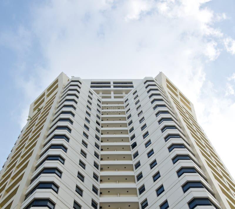 Alta torre bianca dell'hotel della costruzione residenziale e cielo fotografia stock