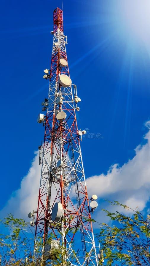 Alta torre celular pintada roja y blanca de la telecomunicación de radio fotos de archivo libres de regalías