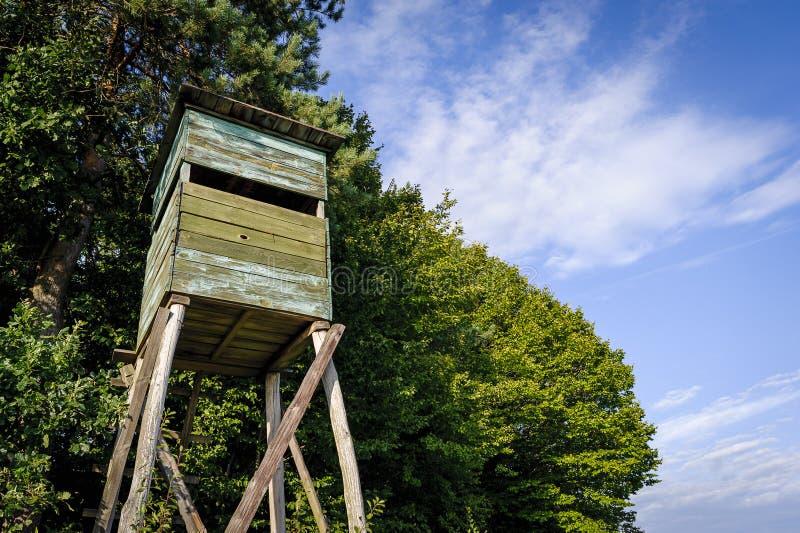 Alta torre de la caza de madera Torre de los cazadores fotografía de archivo