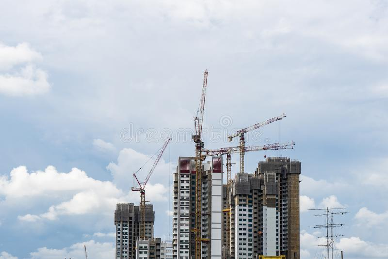Alta torre de la subida de Singapur con la grúa bajo construcción fotografía de archivo