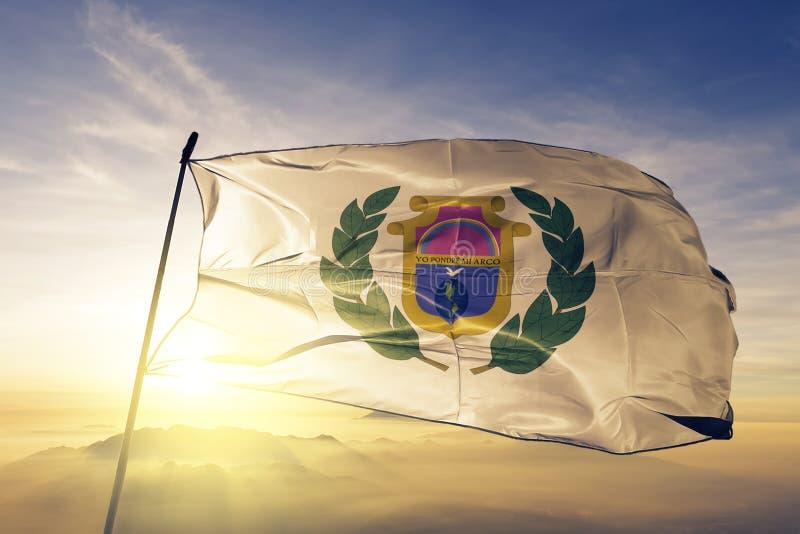 Alta Verapaz Department av tyg för torkduk för Guatemala flaggatextil som vinkar på den bästa soluppgångmistdimman royaltyfri illustrationer