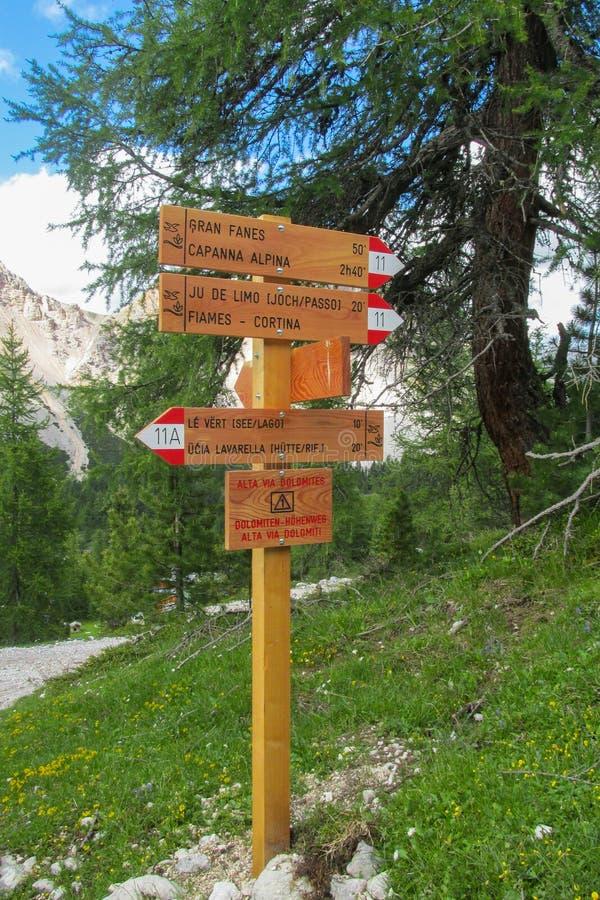 Alta ViaWegweiser herein Dolomit stockbilder