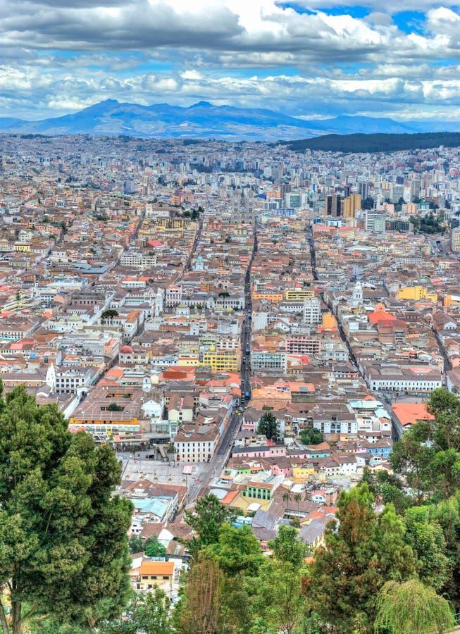 Alta vista de la ciudad de Quito imágenes de archivo libres de regalías
