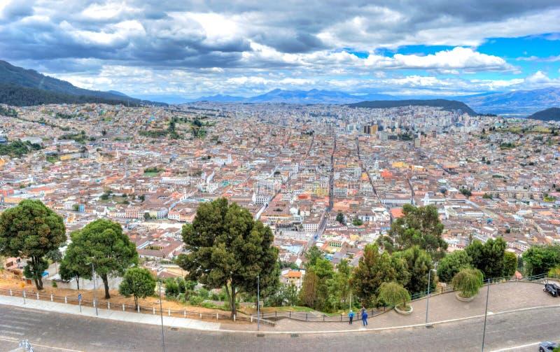 Alta vista de la ciudad de Quito imagenes de archivo