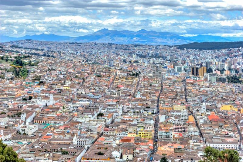 Alta vista de la ciudad de Quito imagen de archivo