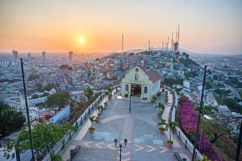 Alta vista de una pequeña capilla y de la ciudad de Guayaquil, Ecuador fotos de archivo