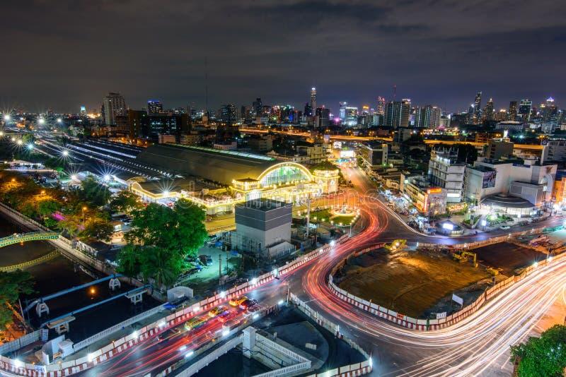 Alta vista del semáforo de la ciudad y de la falta de definición en noche foto de archivo libre de regalías