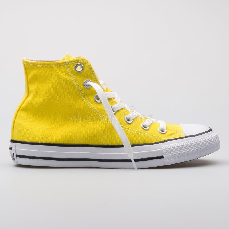 Alta zapatilla de deporte amarilla inversa de Chuck Taylor All Star imagen de archivo libre de regalías