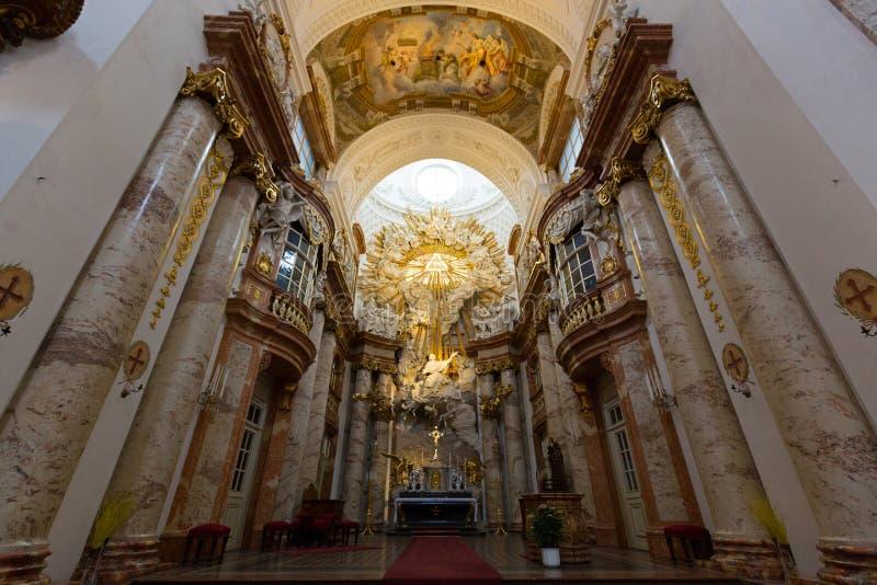 Altaar bij St Charles Church, Karlsplatz in Wenen, Oostenrijk Gouden stuk die boven altaar Yahweh, nationale god symboliseren van stock fotografie