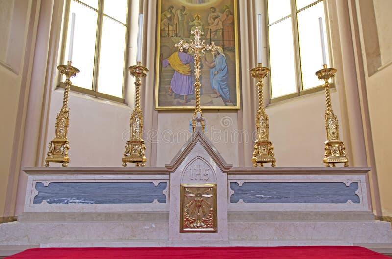 Altaar in de kerk stock afbeelding