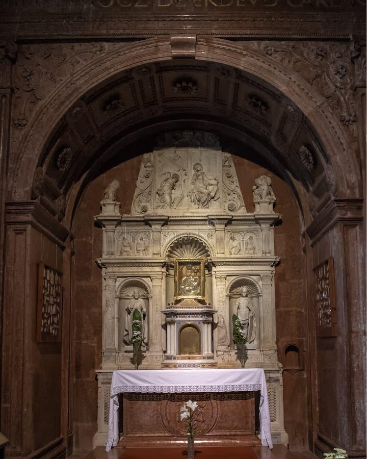 Altaar gewijd aan Heilige Maagdelijke Mary en de zuigeling Jesus binnen de Esztergom-Basiliek, Esztergom, Hongarije royalty-vrije stock foto's
