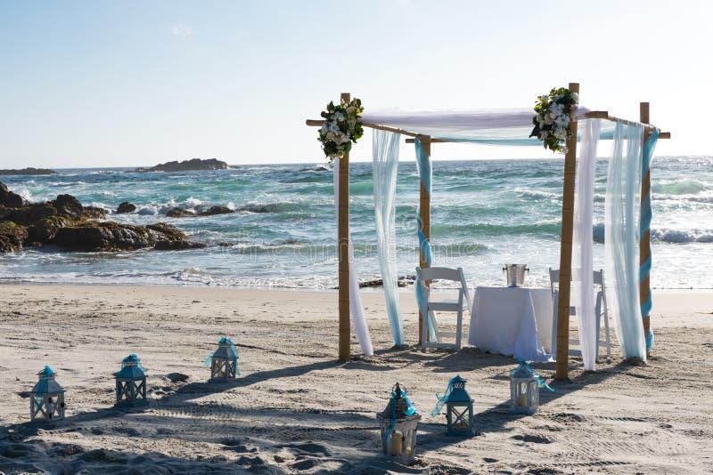 Altaar op het strand klaar voor huwelijksceremonie stock foto's