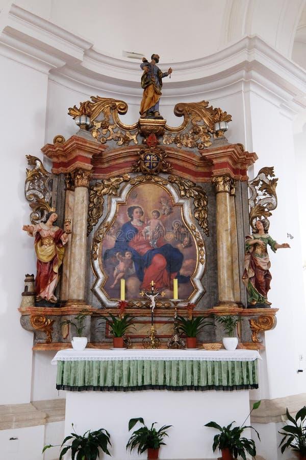 Altaar van Onze Dame in de Kerk van Veronderstelling van Maagdelijke Mary in Pokupsko, Kroatië royalty-vrije stock foto's