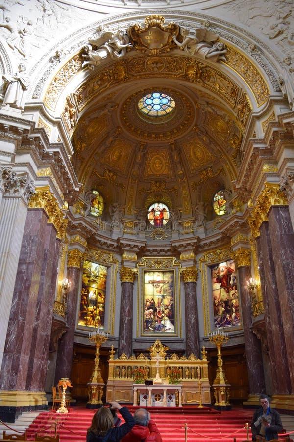 Altaar in zonlicht in Berlin Cathedral Church royalty-vrije stock afbeeldingen