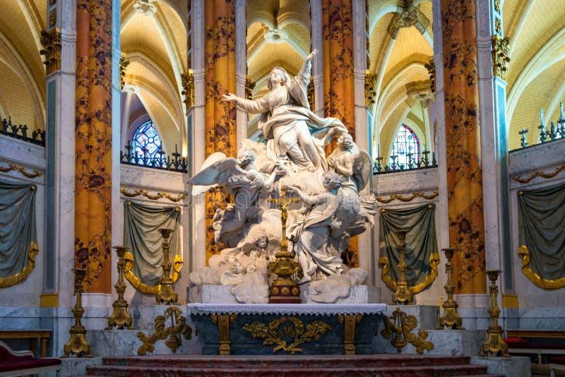 Altaarbeeldhouwwerk in de Kathedraal van Chartres stock foto's