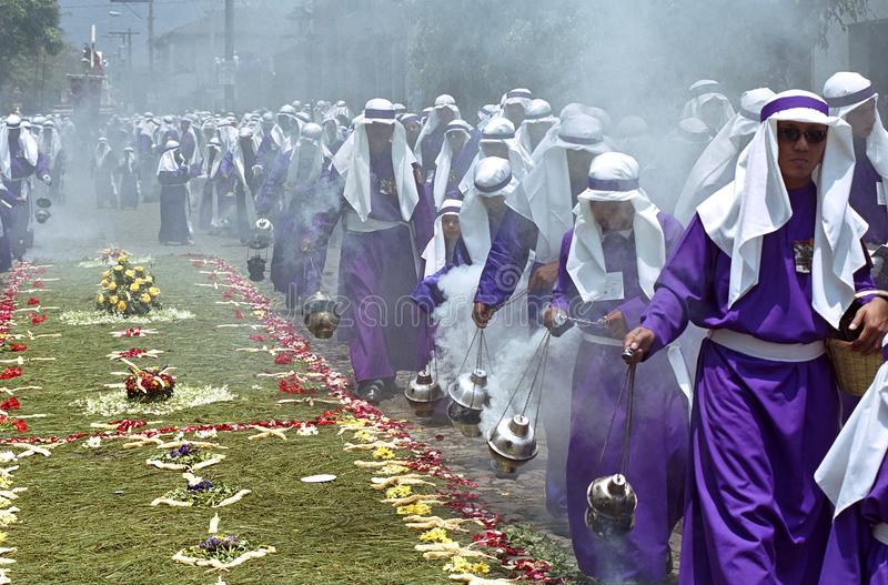 Altaarjongens die wierookvatten in Heilige Weekoptocht slingeren stock afbeeldingen
