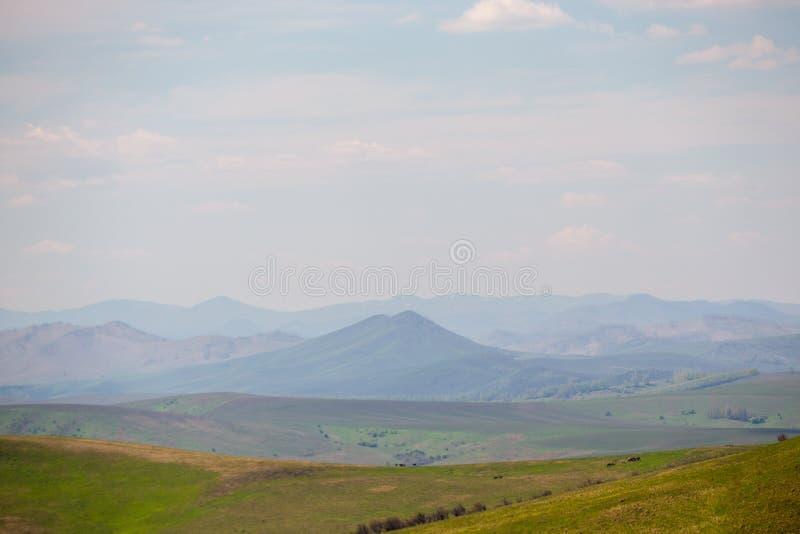 Altai bergskedja på horisonten i färger, som i målningarna av Roerich royaltyfria bilder