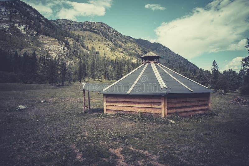Altai indispone in montagne La Russia Siberia Abitazione tradizionale del Altai e la gente della Mongolia nelle montagne immagini stock